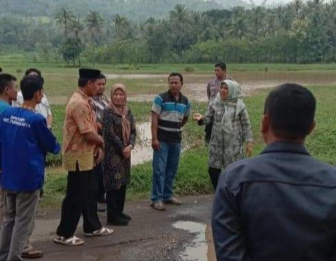 Wakil Walikota Cilegon meninjau lokasi jalan rusak di lingkungan Kedaung,  Kecamatan Purwakarta.