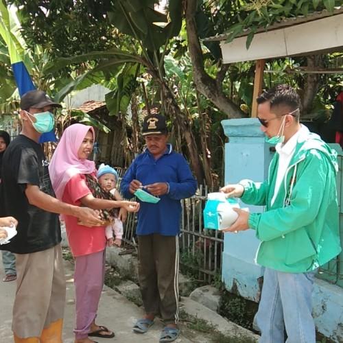 Slaah seorang anggota DPRD FPKB Propinsi Banten sedang membagikan masker di masyarakat