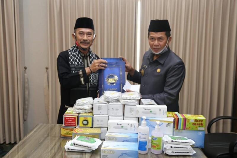 Walikota Serang Syafruddin saat memberikan Bantuan kepada ketua DKM Masjid At-Tsauroh