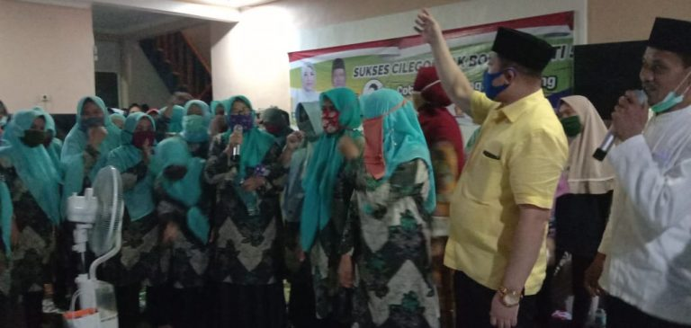 Ratusan Emak-emak mendeklarasikan dukungan untuk pasangan Ati-Sokhidin