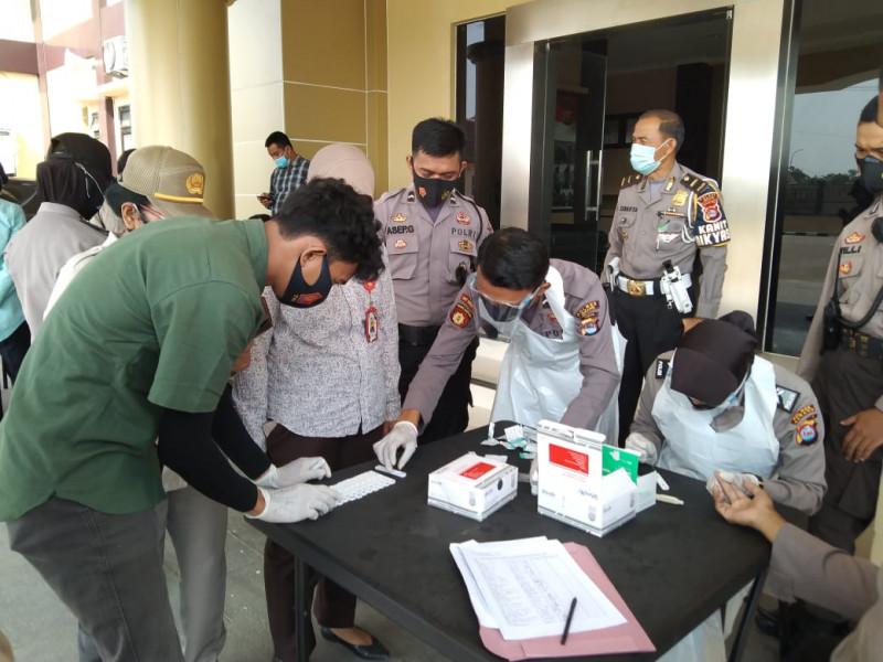 Personil Polres Serang menjalani Rapid Test usai melaksanakan Penganamanan Unjuk rasa
