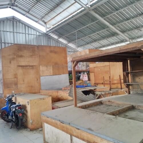Kondisi hanggar Utara belakang Pasar Kranggot yang mangkrak dan kumuh.