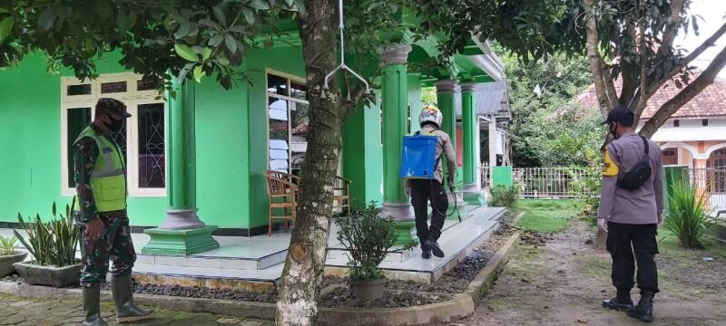 Polsek Mancak Polres Cilegon, penyemprotan disinfektan upaya putus rantai penyebaran virus covid-19,Senin (04/01/2021)